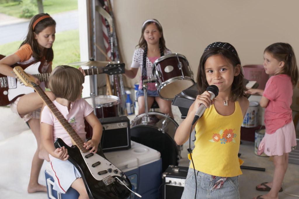 Filles qui chantent jouent de la guitare batterie